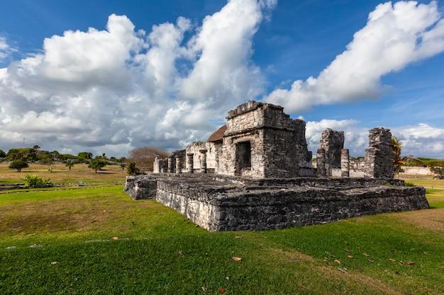 Paisagem de ruínas maias de tulum. méxico quintana roo