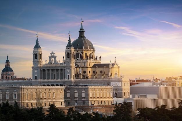Paisagem de santa maria la real de la almudena catedral e do palácio real.