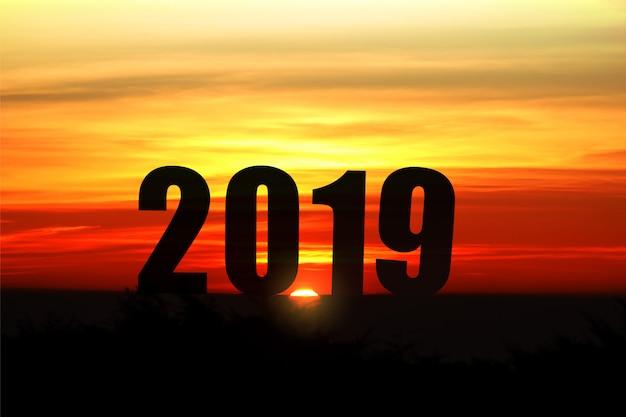 Paisagem de silhueta com luz solar e 2019 anos para o fundo de celebrar o ano novo