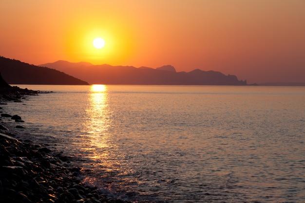 Paisagem de sol do mar calmo