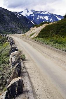 Paisagem de tirar o fôlego da atlanterhavsveien - estrada do oceano atlântico sob um céu nublado na noruega