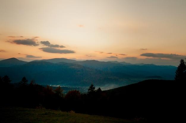 Paisagem de um belo pôr do sol acima das montanhas