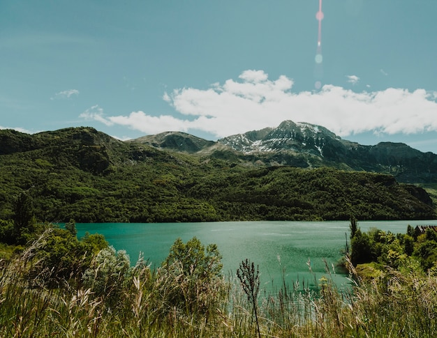 Paisagem, de, um, lago, cercado, por, montanhas