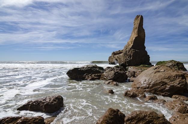 Paisagem de um penhasco à beira-mar sob a luz do sol