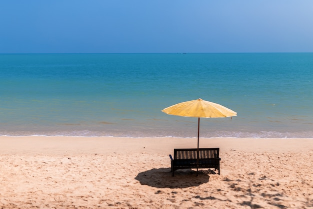 Paisagem de uma cadeira e guarda-sol na praia
