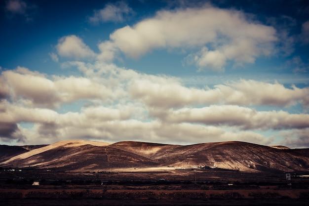 Paisagem de uma colina de ninguém e nada mais - céu com nuvens