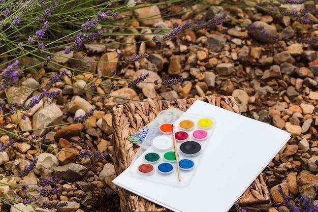 Paisagem de verão campo lavanda perto de valensole. o conjunto do artista. fechar-se