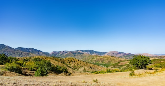 Paisagem de verão com colinas e rochas