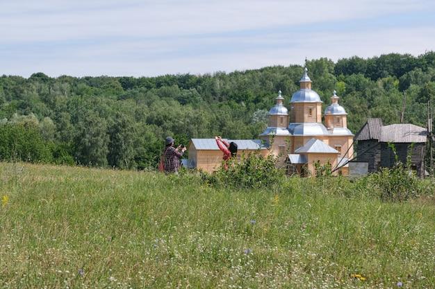 Paisagem de verão com uma igreja de madeira