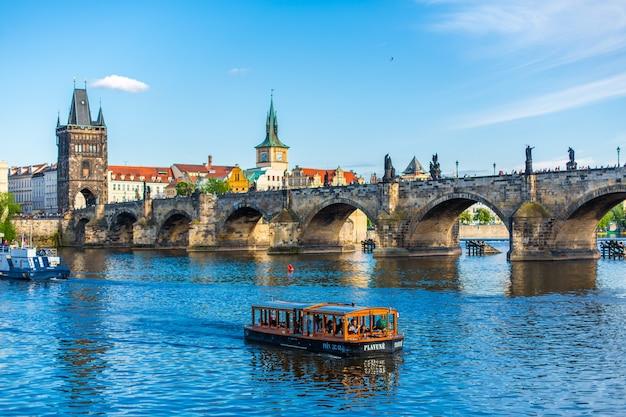Paisagem de verão da vista de praga do rio ltava e a famosa ponte carlos.