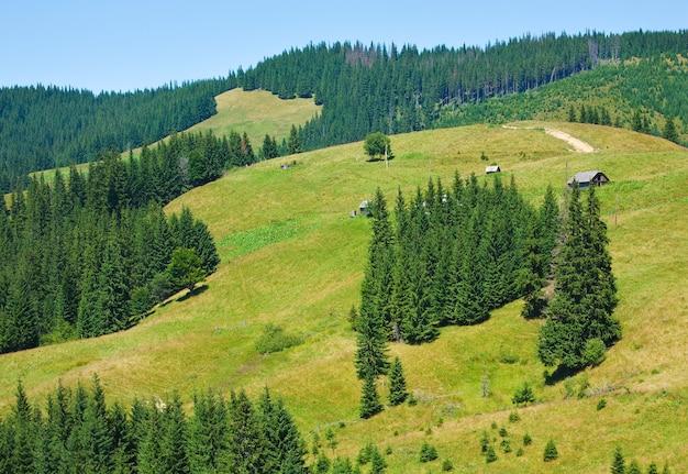 Paisagem de verão de aldeia montanhosa com povoado no topo da colina