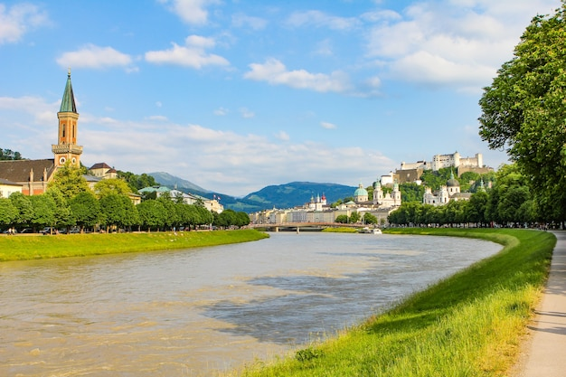 Paisagem de verão de uma cidade europeia. rio de montanha, montanhas, igreja e fortaleza. salzburg, hohensalzburg