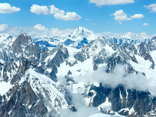 Paisagem de verão do maciço montanhoso do mont blanc. vista do monte aiguille du midi, em francês.