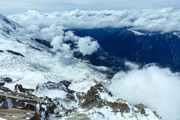 Paisagem de verão do maciço montanhoso do mont blanc (vista do monte aiguille du midi, frança)