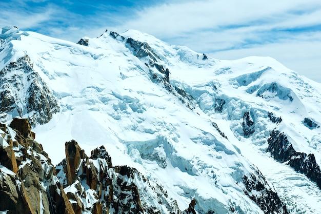 Paisagem de verão do maciço montanhoso do mont blanc (vista do monte aiguille du midi, francês)