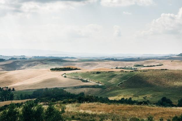 Paisagem de verão linda da toscana verde, itália
