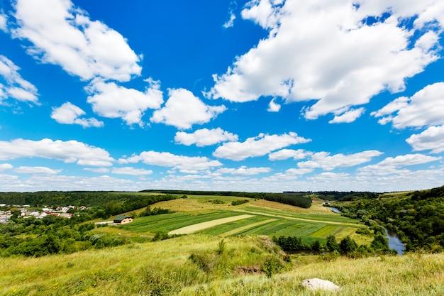 Paisagem de verão linda do rio no vale, campos e florestas, vista superior