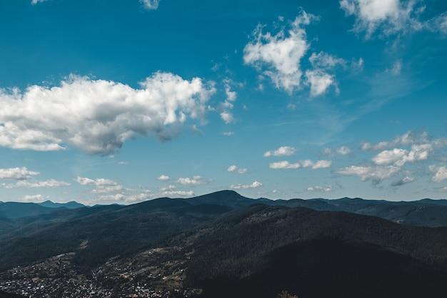 Paisagem de verão nas montanhas e o céu azul escuro com nuvens