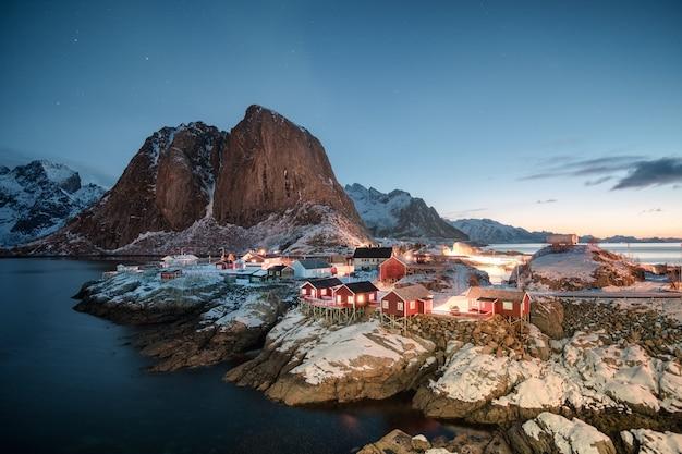 Paisagem, de, vermelho, casa, vila pescando, com, montanha, em, amanhecer