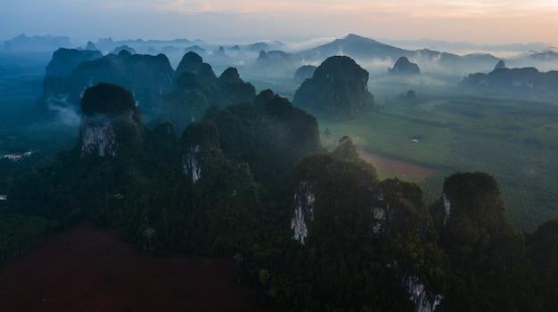 Paisagem de vista aérea da montanha na hora do crepúsculo, krabi tailândia