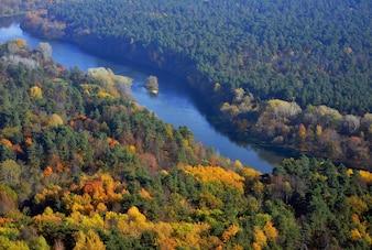 Paisagem de vista para o rio no norte da Europa no outono
