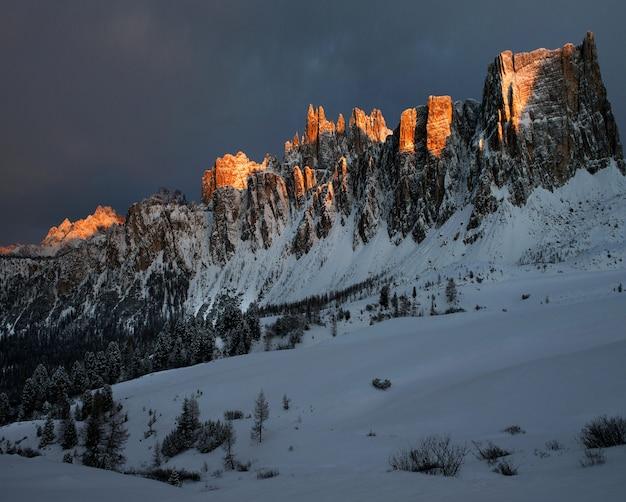 Paisagem deslumbrante das rochas cobertas de neve em dolomiten, alpes italianos no inverno