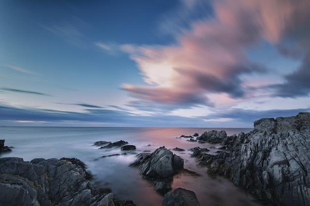Paisagem deslumbrante de nuvens coloridas refletindo no espelho do mar em lofoten, noruega