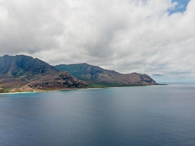 Paisagem deslumbrante do havaí com o mar azul