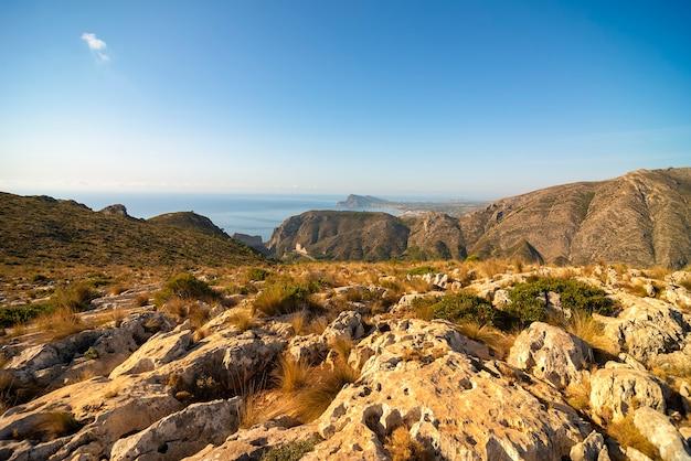 Paisagem do alto da montanha, com vista para o mar, com os primeiros raios de sol.