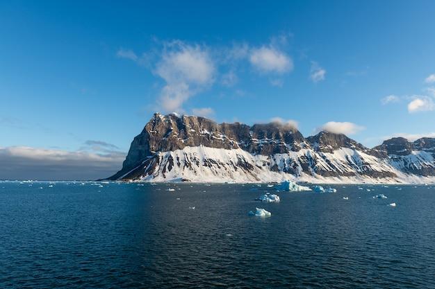 Paisagem do ártico, com mar e montanhas em svalbard, noruega