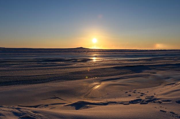 Paisagem do ártico no inverno. pequeno rio com gelo na tundra