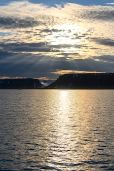 Paisagem do ártico no verão. arquipélago de franz jozef land. cabo de flora, ilha de gukera. rubini rock.