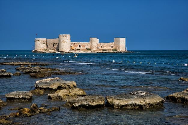 Paisagem do castelo medieval das donzelas na água