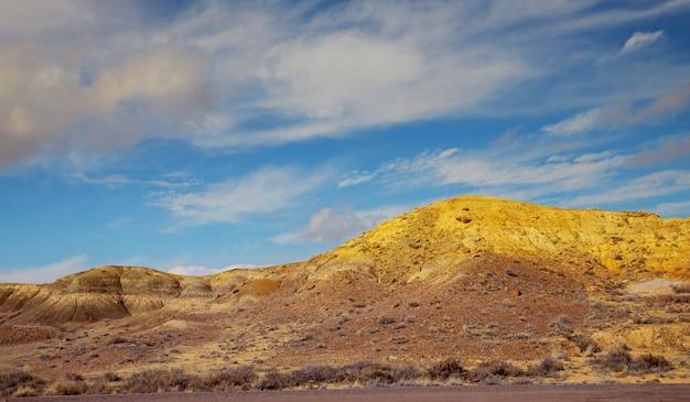 Paisagem do deserto nas montanhas no novo méxico com céu