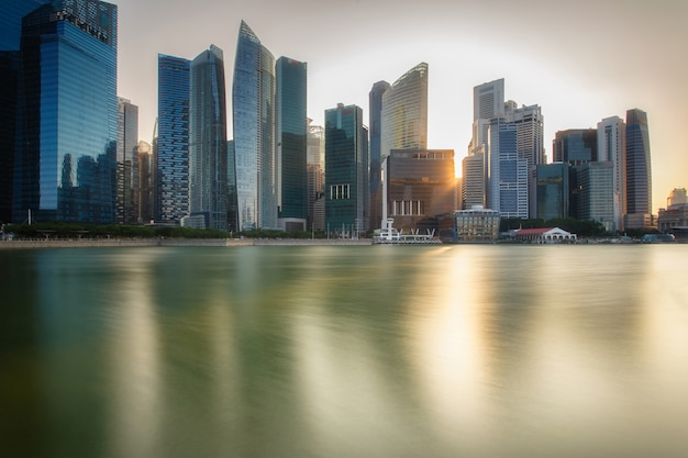 Paisagem do distrito financeiro de singapura e do edifício do negócio.