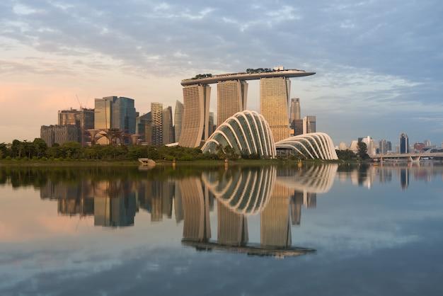 Paisagem do distrito financeiro de singapura na baía do porto, singapura.