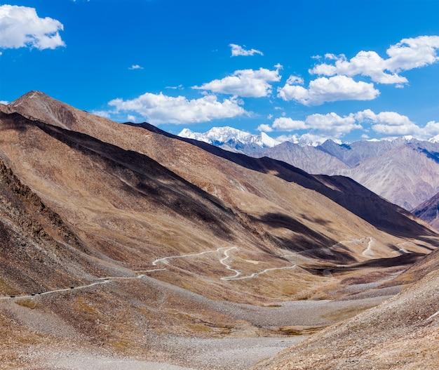 Paisagem do himalaia com estrada, ladakh, índia