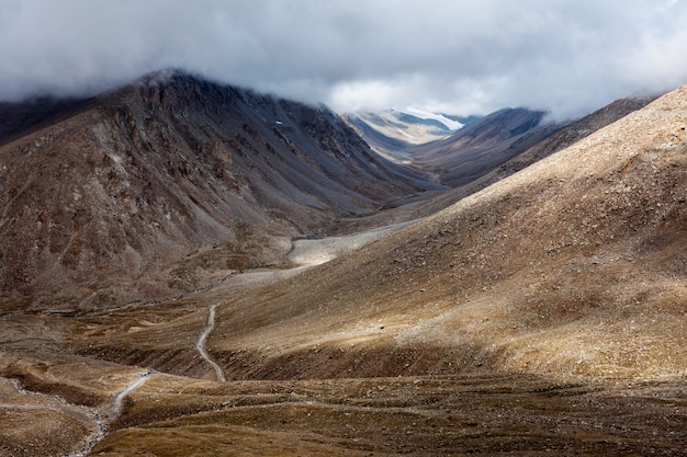 Paisagem do himalaia com estrada