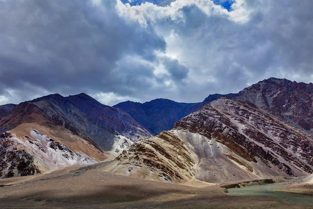 Paisagem do himalaia nas montanhas do himalaia
