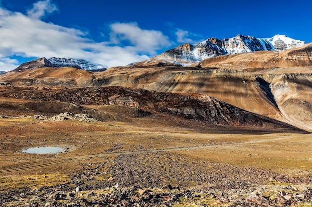 Paisagem do himalaia no himalaia ao longo da estrada manalileh em himachal pradesh