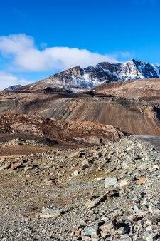 Paisagem do himalaia no himalaia ao longo da estrada manalileh