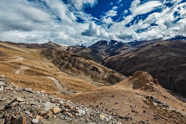 Paisagem do himalaia perto da passagem de tanglangla, ladakh, índia