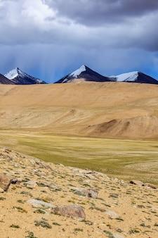 Paisagem do himalaia perto do lago kyagar tso ladakh índia