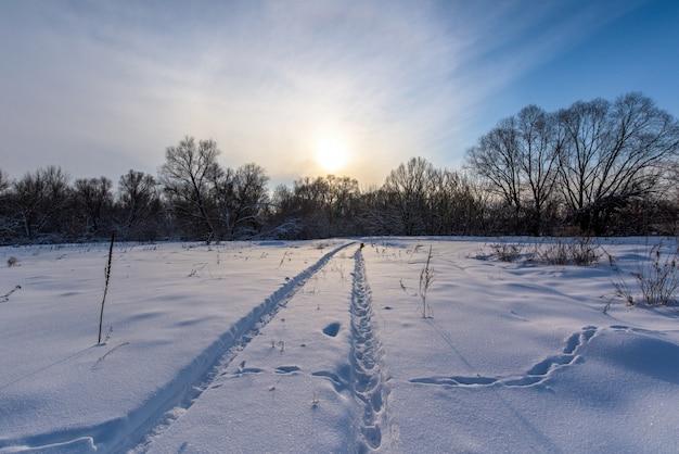 Paisagem do inverno ao pôr do sol.