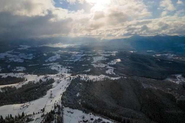 Paisagem do inverno com árvores spruse da floresta coberta de neve nas montanhas frias.