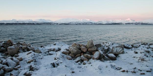 Paisagem do inverno com céu azul na islândia