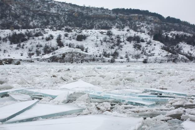 Paisagem do inverno de um rio congelado com muitos grandes blocos de gelo. paisagem bonita.
