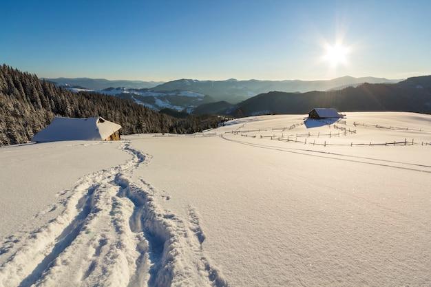 Paisagem do inverno do vale da montanha em um dia ensolarado gelado.