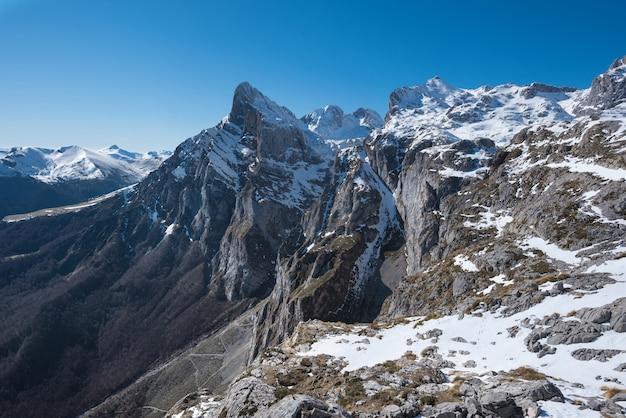 Paisagem do inverno em montanhas de picos de europa, cantábria, espanha.