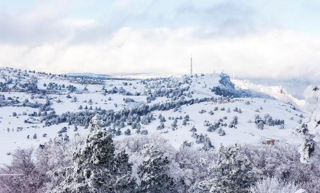 Paisagem do inverno, montanhas cobertas de neve.